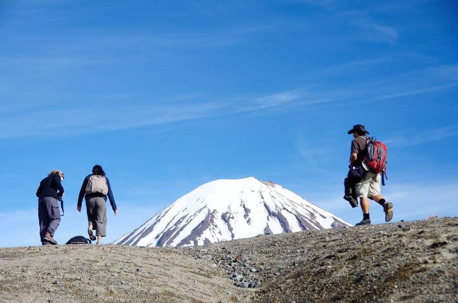 <em><strong>Tongariro National Park </strong></em>-<strong></strong>Nos meses de calor, a principal atividade turística é a Tongariro Alpine Crossing, ou seja, a travessia pelas montanhas em um percurso de quase 20 quilômetros, com subidas a mais de 2 mil metros de altura, durante cerca de sete horas de caminhada. É essencial usar botas para trilha, casacos à prova de chuva e vento, luvas, além de levar água e comida na trilha