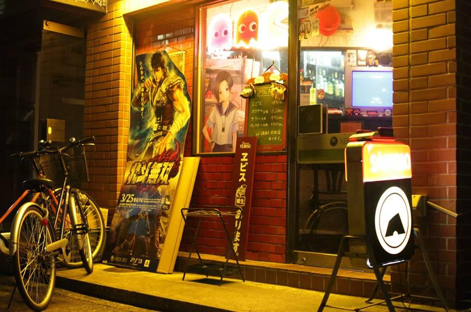 <strong>Game Bar A-Button </strong>Olhando a fachada, parece apenas mais um bar de games na região de Akhibara. Mas ao entrar, uma surpresa. O bar reserva raríssimos games das décadas de 80 e 90, consoles, controles e outras relíquias originais que fazem qualquer <em>geek</em> surtar de emoção.<em>Taitou-Ku Taitou 1-13-9, Tóquio</em>
