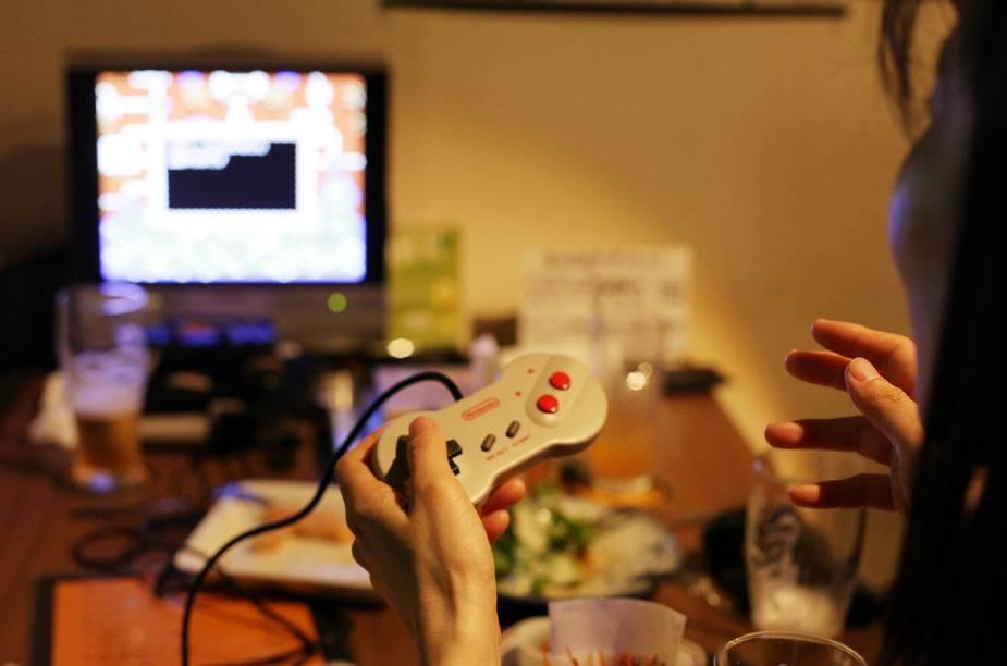 <strong>Game Bar A-Button</strong>O interior do bar pode parecer nostálgico para muitos, aparenta ser mais um quarto de um vicíado em games do que um bar. Em meios aos antigos consoles, controles pendurados e fitas os garçons servem as cervejas e <em>snacks</em>.<em>Taitou-Ku Taitou 1-13-9, Tóquio</em>