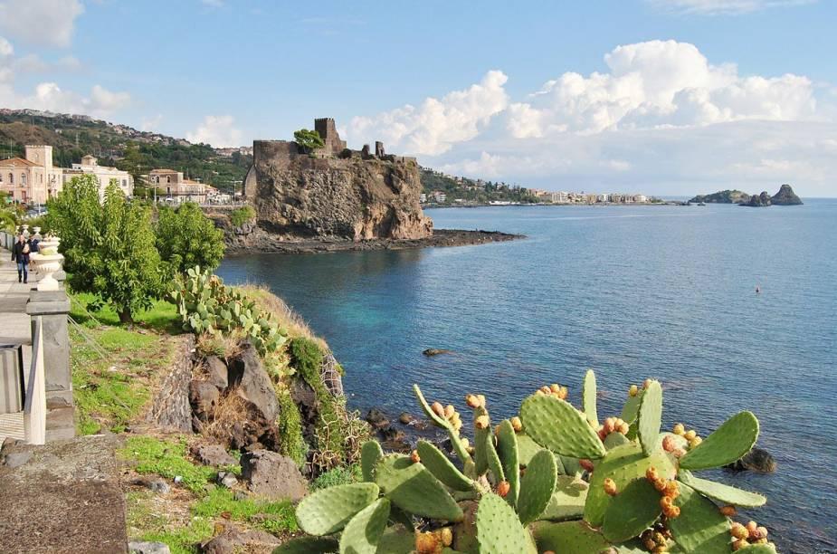 <strong>Aci Castello</strong> Na região da cidade de Catania, na Sicília, a praia de Aci Castello impressiona pelas ruínas de um castelo medieval na pequena península formada por rochas vulcânicas; a praia é queridinha dos moradores e, para conhecer suas águas cristalinas e profundas, vá calçado para não se machucar nas pedras