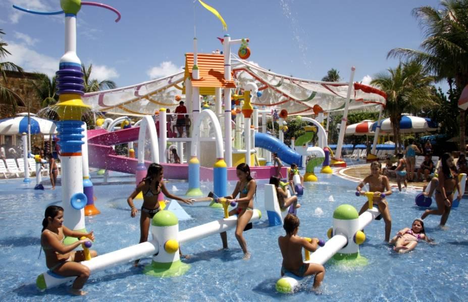 """<strong><a href=""""http://viajeaqui.abril.com.br/estabelecimentos/br-ce-fortaleza-atracao-beach-park"""" rel=""""Beach Park Aquiraz"""" target=""""_blank"""">Beach Park Aquiraz</a>, no <a href=""""http://viajeaqui.abril.com.br/estados/br-ceara"""" rel=""""Ceará"""" target=""""_blank"""">Ceará</a></strong>Eleito o <a href=""""http://viajeaqui.abril.com.br/materias/veja-quem-sao-os-vencedores-do-premio-o-melhor-de-viagem-e-turismo-2015-2016#23"""" rel=""""Melhor Parque Temático do Brasil no Prêmio Viagem e Turismo"""" target=""""_blank"""">Melhor Parque Temático do Brasil no Prêmio Viagem e Turismo</a>, o Beach Park (foto) acaba de inaugurar o toboágua Vaikuntudo, de 25 metros de altura. Nesse tour, as seis noites com meia-pensão no econômico <a href=""""http://www.beachpark.com.br/resorts/oceani"""" rel=""""Beach Park Oceani"""" target=""""_blank"""">Beach Park Oceani</a> incluem ingresso full-time para o parque.<strong>Quando:</strong> em 14 de fevereiro<strong>Quem leva:</strong> a <a href=""""http://www.cvc.com.br/index.aspx"""" rel=""""CVC"""" target=""""_blank"""">CVC</a><strong>Quanto:</strong> R$ 3198 (criança de até 12 anos no quarto dos pais, R$ 808)"""