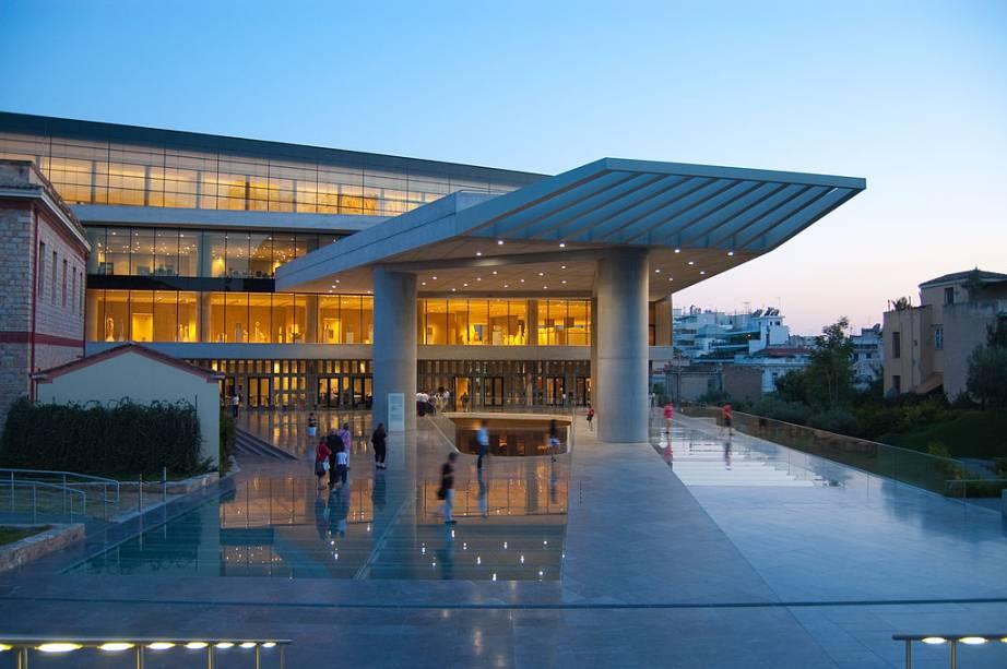 """<strong>Museu da Acrópole</strong><strong>Onde: </strong><a href=""""http://viajeaqui.abril.com.br/cidades/grecia-atenas"""" rel=""""Atenas"""" target=""""_blank"""">Atenas</a>, Grécia<strong>Por que ir?</strong> Ao longo dos séculos 18, 19 e 20, potências imperialistas como <a href=""""http://viajeaqui.abril.com.br/paises/franca"""" rel=""""França"""" target=""""_blank"""">França</a>, <a href=""""http://viajeaqui.abril.com.br/paises/alemanha"""" rel=""""Alemanha """" target=""""_blank"""">Alemanha </a>e <a href=""""http://viajeaqui.abril.com.br/paises/reino-unido"""" rel=""""Inglaterra """" target=""""_blank"""">Inglaterra </a>forniram seus principais museus com tesouros garimpados em todo o Oriente. As fontes nem sempre eram legais: compras suspeitas, pressões políticas ou pura pilhagem. Nas últimas décadas, porém, nações como Irã, <a href=""""http://viajeaqui.abril.com.br/paises/turquia"""" rel=""""Turquia"""" target=""""_blank"""">Turquia</a>, <a href=""""http://viajeaqui.abril.com.br/paises/egito"""" rel=""""Egito """" target=""""_blank"""">Egito </a>e <a href=""""http://viajeaqui.abril.com.br/paises/grecia"""" rel=""""Grécia """" target=""""_blank"""">Grécia </a>vêm engrossando antigas reinvidicações de ter seus bens históricos repatriados. O alvo? Importantes museus da Europa Ocidental. A resposta? Vocês não têm condição de tomar conta dessas preciosidades. Esta até que era uma boa resposta, lembrando-se que o <strong>Museu do Cairo </strong>é o pior melhor museu do mundo, tal o pandemônio que reina em suas galerias. O <a href=""""http://viajeaqui.abril.com.br/estabelecimentos/grecia-atenas-atracao-museu-da-acropole"""" rel=""""Museu da Acrópole """" target=""""_blank"""">Museu da Acrópole </a>é uma das primeiras mostras de que estas nações estão aptas a receber os bens que de fato lhes pertencem. A não ser que a crise afete esses clamores.<strong>Destaques:</strong> os mármores retirados do Parthenon. O resto está na Inglaterra."""
