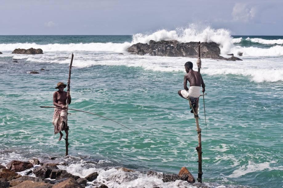 Por todo o litoral do Sri Lanka é possível ver gente pescando da forma tradicional, sobre estacas fincadas sobre o mar