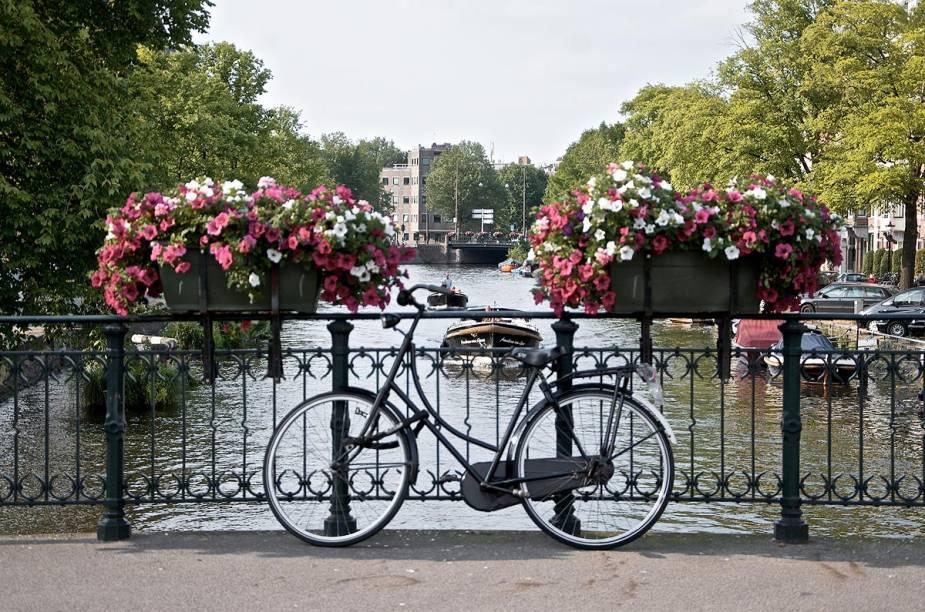 """Em toda a Holanda existem pelo menos 20 mil quilômetros de ciclovias e trechos adaptados para um passeio seguro sobre duas rodas. E como não poderia deixar de ser, a capital<a href=""""http://viajeaqui.abril.com.br/cidades/holanda-amsterda"""" rel=""""Amsterdã"""" target=""""_blank""""><strong>Amsterdã</strong></a> é, sem dúvida, a cidade da bicicleta. Como a magrela é um meio de transporte para muita gente, há serviços de aluguel por toda a parte - em hotéis e hostels, por exemplo - e as estações de trem dispõem de bicicletário"""