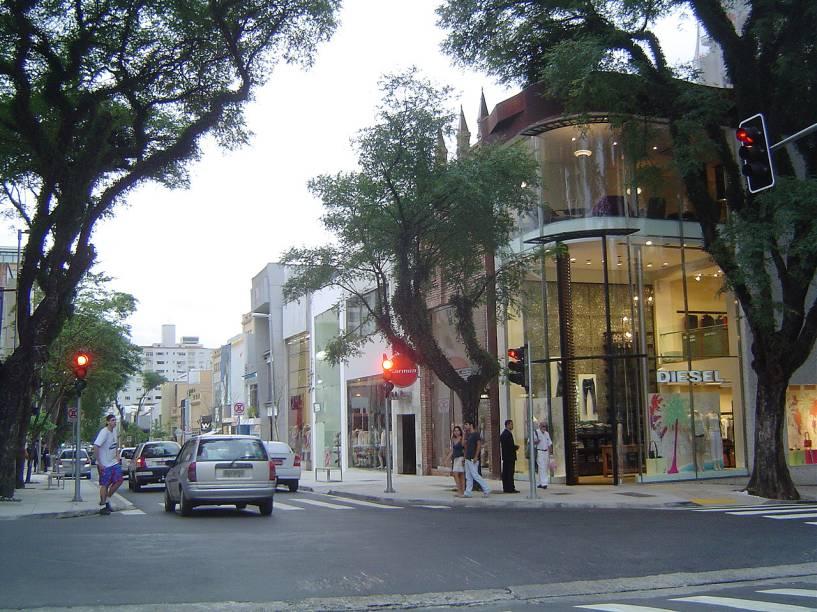 Dentre as atrações da Oscar Freire, estão as moderníssimas lojas de grife, os cafés com seus cardápios elaborados e as lojas-conceitos, que oferecem produtos e serviços diferenciados
