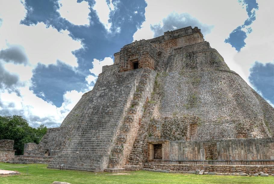 """<strong>4. Pirâmide do Adivinho – Uxmal – México</strong>A Pirâmide do Adivinho é a construção mais alta e impressionante do sítio arqueológico maia de Uxmal, localizado na península de Yucatán. Com 40 metros de altura e 81 de largura, foi inaugurada em 560 d.C. Seus lados arredondados, base elíptica e inclinação bastante elevada a destacam de outros monumentos maias. Como muitas pirâmides mesoamericanas, a do Adivinho teve diversas fases de construção, sendo a quinta e última adição a dita """"Casa do Adivinho"""" no topo da pirâmide. De acordo com a lenda, um deus-adivinho chamado Itzamna construiu a pirâmide em apenas uma noite usando seu poder e magia"""