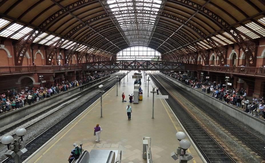 """<strong><a href=""""http://viajeaqui.abril.com.br/estabelecimentos/br-sp-sao-paulo-atracao-estacao-da-luz"""" rel=""""Estação da Luz"""">Estação da Luz</a>: </strong>criada para comportar as novas demandas do transporte ferroviário e o fluxo crescente de pessoas na cidade no ciclo do café, a estação da Luz foi inaugurada em 1901 e até hoje é um dos símbolos da cidade.Projetada pelo inglês Charles Henry Driver, sua obra utilizou exclusivamente materiais trazidos da Inglaterra e abriga também o Museu da Língua Portuguesa. <em>Praça da Luz. Aberta todos os dias, das 4h00 às 00h</em>."""