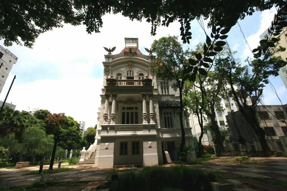 A maioria das 62 obras, todas feitas em gesso, fazem parte dos estudos de Auguste Rodin para a monumental escultura <em>Porta do Inferno</em> (exposta no Museu Rodin de Paris). Uma delas é a célebre <em>O Pensador</em>, uma das mais famosas do mundo. No agradável jardim do casarão, do século 19, há mais quatro trabalhos em bronze atribuídos ao artista. As peças ficam em Salvador até 2012. <em>Rua da Graça, 284 (Graça), de terça a domingo, das 10h às 18h</em>