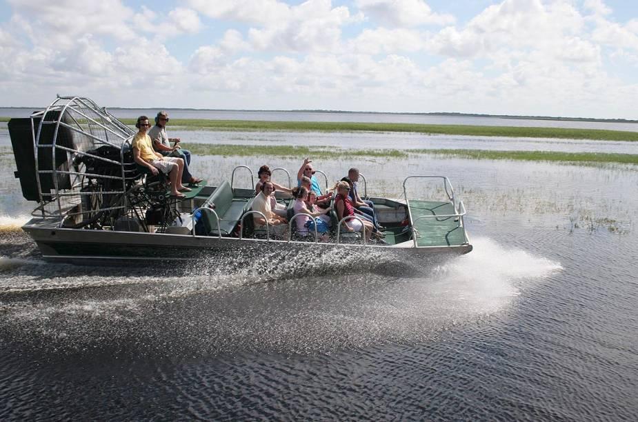 <strong>Airboat tour</strong>                                                                        O passeio leva o turista a explorar a região do lago Kissimmee a bordo de um barco diferentão, em busca dos famosos alligators - para encontrá-los tomando sol à beira do lago, a melhor época é entre os meses de dezembro e março, quando as noites são frias e os dias são mais frescos