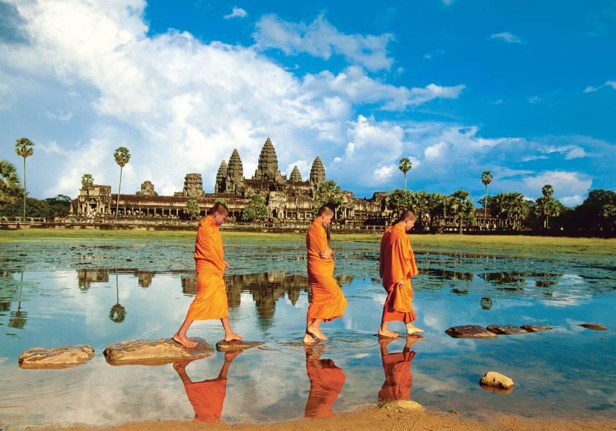 <strong>4. Angkor, Camboja</strong>Com suas cinco torres imponentes de frente para um lago de vitórias-régias, Angkor Wat é o maior monumento religioso do planeta, o principal dos mais de mil que formam a antiga capital imperial, Angkor. Eles foram erguidos entre os anos 802 e 1220 pelo poderoso Império Khmer, que se estendia do Mianmar ao Vietnã