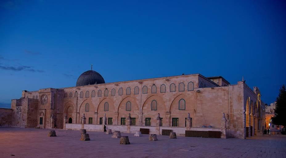 <strong>Mesquita Al-Aqsa</strong> (local sagrado para o islamismo)O domo cinza da mesquita, bem mais modesto do que o Domo da Rocha, fica localizado no mesmo platô. O da Rocha, concluído em 691 d.C., é coberto com 85 quilos de ouro e, ironicamente, guarda o altar usado por Abraão para oferecer o sacrifício de seu filho, Isaac – uma passagem bíblica respeitada pelos judeus
