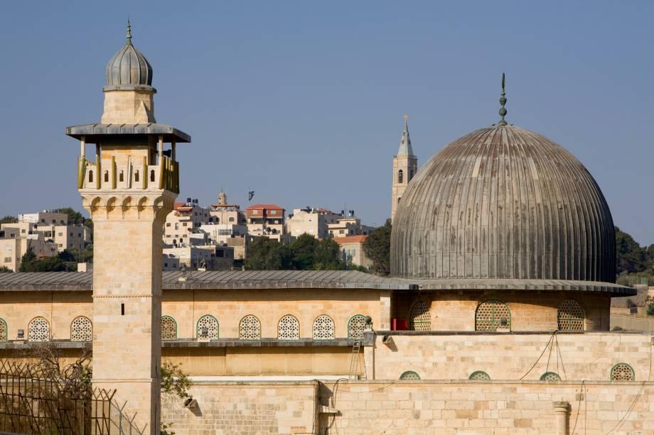 O terceiro local mais sagrado do Islã está no mesmo espaço que é considerado o mais sagrado para os judeus, o Monte do Templo, onde Abraão teria se preparado para sacrificar seu filho a comando de Deus. No mesmo monte foi erigida uma igreja em 530, consagrada à Nossa Senhora (hoje restam apenas ruínas). Muçulmanos acreditam que o Profeta foi transportado fisicamente da Mesquita Sagrada (Al Haram) até Al Aqsa na chamada Jornada Noturna e liderou ali outros profetas em oração por 17 meses, quando Alá ordenou que ele retornasse à Caaba em Meca. Originalmente, a mesquita era uma pequena casa de orações, mas sofreu diversas reformas até chegar ao edifício atual em 1035 (que já foi reformado e expandido diversas vezes desde então)
