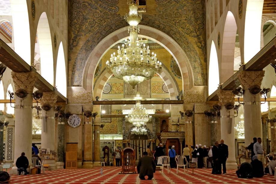 """<strong>Mesquita Al-Aqsa </strong>(local sagrado para o islamismo)Ainda mais importante para os muçulmanos, a Al-Aqsa, na Cidade Velha, teria sido o destino final da Isra, uma viagem noturna de Maomé para a """"mesquita distante"""" (literalmente, Al-Aqsa) que culminaria com sua ascensão ao céu, a Mi'raj. O interior dos dois monumentos só pode ser visitado por muçulmanos, mas o platô é aberto aos turistas"""