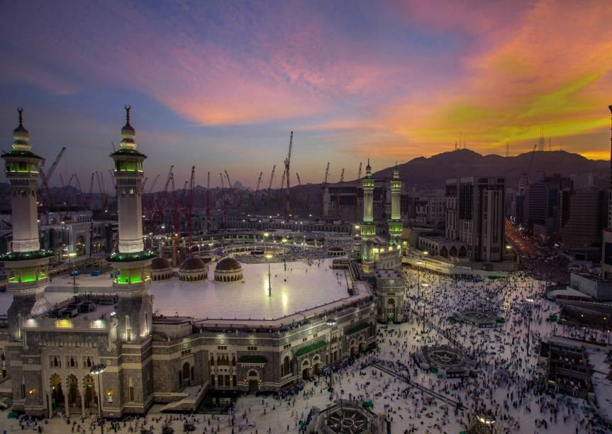 Localizada em Mecca, é a mesquita mais importante para os muçulmanos e também a maior mesquita do mundo, com mais de 400 mil m². Seu tamanho tem um motivo: ela cerca o lugar mais sagrado do Islã, a Caaba. É para lá que todo muçulmano se ajoelha e se curva na hora das orações e também o principal destino de peregrinação do Islã.A Caaba, uma construção em forma de cubo de pedra escura de apenas 50cm de de cada lado, fica no centro da mesquita. Segundo a história do Islã, quando Maomé repudiou os deuses pagãos, Alá poupou a Caaba e tornou-a um centro da nova fé. A Mesquita Masjid al Haram circunda a Caaba, tem 9 minaretes e acomoda até 4 milhões de pessoas rezando em seu interior, incluindo as áreas cobertas e descobertas. Enquanto no resto do mundo os muçulmanos rezam para uma direção (voltados para Mecca), na Al Haram eles se organizam em círculos em volta da Caaba