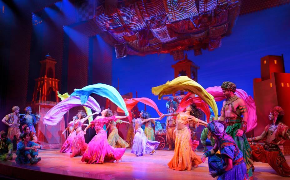 """<strong>1.<a href=""""http://www.aladdinthemusical.com/"""" rel=""""Aladdin"""" target=""""_blank"""">Aladdin</a></strong>Mesmo tendo ganho novos elementos que acabaram por distanciá-la do filme (foram inseridos no roteiro três amigos do protagonista e músicas inéditas), a montagem é visualmente deslumbrante. É divertido, mas pode ser cansativo para crianças menores em suas 2h30 de duração - média de tempo de qualquer espetáculo da Broadway, diga-se."""