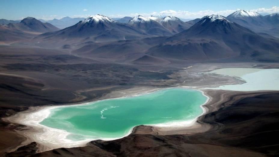 <strong>2. Atliplano Andino, Bolívia</strong>O entorno da estrada que parte de San Pedro de Atacama, no Chile, rumo ao Salar de Uyuni, na Bolívia, reserva alguns dos mais espetaculares cenários naturais do planeta. Lá estão a Laguna Verde (foto), a Laguna Colorada e uma série de vulcões, como o Licanbur