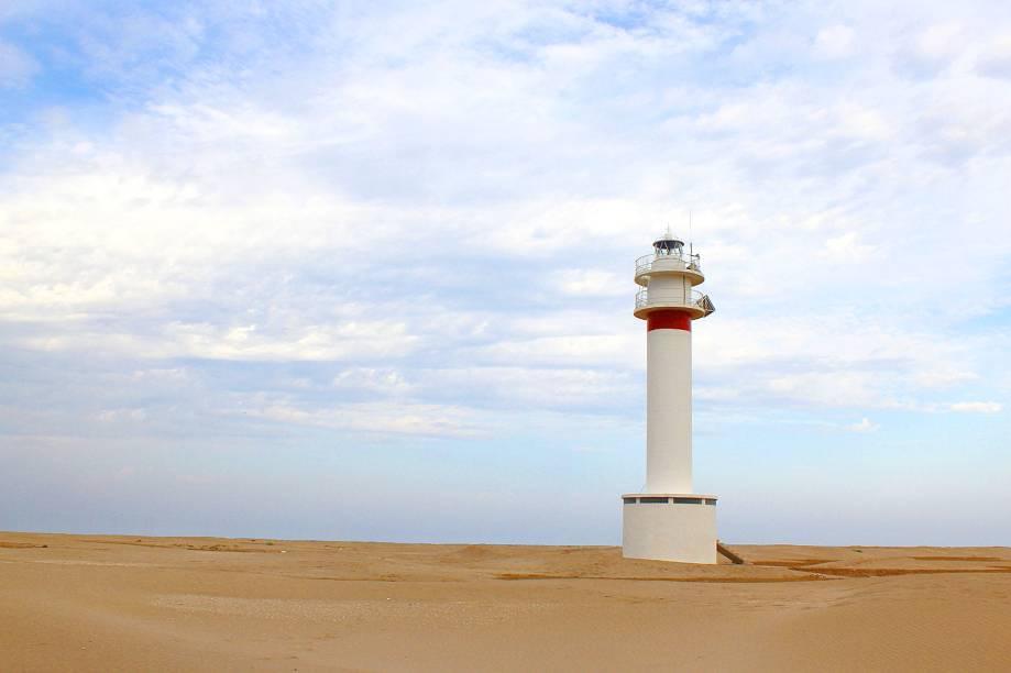 """<strong>2. <a href=""""http://www.youtube.com/watch?v=98W9QuMq-2k"""" rel=""""U2 - Vertigo"""" target=""""_blank"""">U2 - Vertigo</a> - Punta Del Fangar, Parque Natural Delta del Ebro, <a href=""""http://viajeaqui.abril.com.br/paises/espanha"""" rel=""""Espanha"""" target=""""_self"""">Espanha</a> </strong>                    O cenário acima contorna o local escolhido para a gravação do videoclipe (que teve a inclusão de computação gráfica), cercado por dunas e à beira de um lago, em um parque da província de <strong>Tarragona</strong>, na <a href=""""http://viajeaqui.abril.com.br/paises/espanha"""" rel=""""Espanha"""" target=""""_self"""">Espanha</a>"""