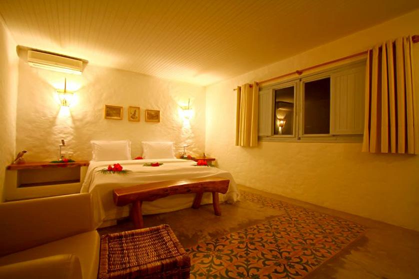 """<strong><a href=""""https://www.booking.com/hotel/br/pousada-aldeia-beijupira-porto-de-pedras.en-us.html?aid=332455;sid=b6bf542626b1a2c7a9951e44506f270a;dest_id=-663627;dest_type=city;dist=0;group_adults=2;hapos=1;hpos=1;room1=A%2CA;sb_price_type=total;sr_order=popularity;srepoch=1565730748;srpvid=dcae951e6b460212;type=total;ucfs=1&#hotelTmpl"""" target=""""_blank"""" rel=""""noopener"""">Aldeia Beijupirá</a> – <a href=""""http://viajeaqui.abril.com.br/cidades/br-al-sao-miguel-dos-milagres"""" target=""""_blank"""" rel=""""noopener"""">São Miguel dos Milagres</a> (AL)</strong>Neste pousada, que não aceita menores de 16 anos, a tranquilidade é garantida. Ela fica à beira mar, na Praia do Lage, trecho sossegado do litoral alagoano. Os chalés estilo mediterrâneo têm paredes caiadas e portas e janelas azuis. Mas não só de brisa vive o hóspede aqui: os casais podem se divertir em passeios de jangada pelo mar calmo, na piscina de 20 metros de comprimento ou na academia de ginástica"""