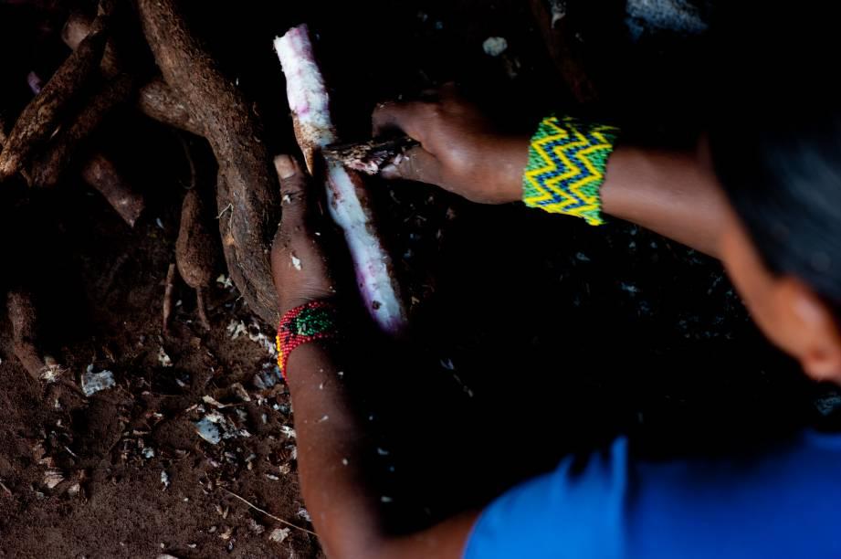 Em cerimônias festivas, a chicha queimada é feita em grandes quantidades e posta para fermentar em cochos de madeira de buriti, que dá origem a outro tipo de chicha fermentada (ou oloniti). A bebida permanece nesse cocho por 15 ou 20 dias, quando começa a azedar