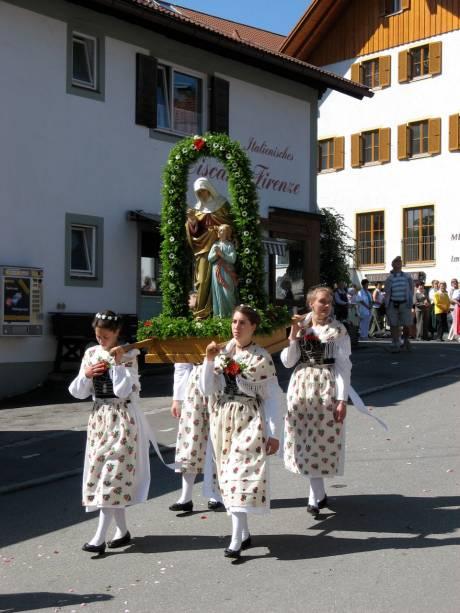 """<strong>Alemanha</strong>A celebração de Corpus Christi na <a href=""""http://viajeaqui.abril.com.br/paises/alemanha"""" rel=""""Alemanha"""" target=""""_blank"""">Alemanha</a> é marcada por desfiles do Santíssimo Sacramento. Na cidade de <a href=""""http://viajeaqui.abril.com.br/cidades/alemanha-colonia-koln"""" rel=""""Colônia"""" target=""""_blank"""">Colônia</a>, a procissão é realizada às margens do Rio Reno, a bordo de navios"""