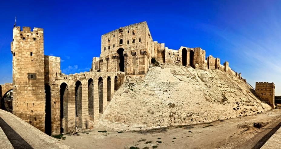 <strong>Cidadela de Aleppo, Síria</strong>                A cidadela fortificada de Aleppo é uma típica fortificação medieval, com fosso, ponte de acesso protegida por torres e ameias defensivas. Foi construída originalmente pela dinastia aiúbida, na virada do século 13, e sofreu diversos ataques e ampliações nos séculos subsequentes. Outro forte igualmente vistoso na região é o Krak de Chevaliers, erguido pelos cruzados e capturado pelos mamelucos em 1271