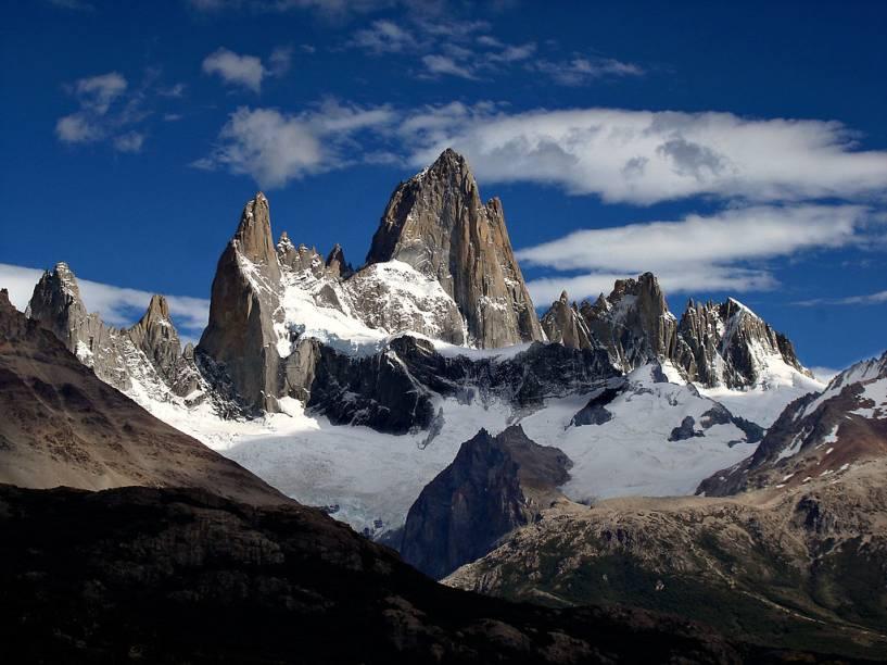 """<strong>Monte Fitzroy, <a href=""""http://viajeaqui.abril.com.br/paises/argentina"""" rel=""""Argentina"""" target=""""_blank"""">Argentina</a></strong>Muitos turistas que visitam a geleira <a href=""""http://viajeaqui.abril.com.br/estabelecimentos/ar-el-calafate-atracao-parque-nacional-los-glaciares"""" rel=""""Perito Moreno"""" target=""""_blank"""">Perito Moreno</a>, em <a href=""""http://viajeaqui.abril.com.br/cidades/ar-el-calafate"""" rel=""""El Calafate"""" target=""""_blank"""">El Calafate</a>, nem imaginam as maravilhas do outro lado do <strong>Lago Argentino</strong>. O Cerro Fitzroy - ou <strong>El Chaltén</strong>, a montanha esfumaçada, em tehuelche - é um magneto que atrai alpinistas de todo o globo, junto com seu vizinho igualmente desafiador, o <strong>Cerro Torre</strong>"""