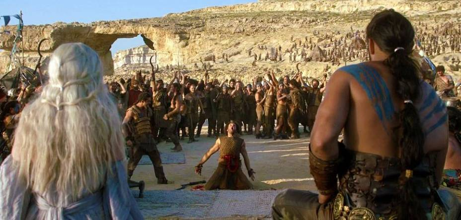 Na cena da primeira temporada de Game of Thrones, os personagens Daenerys Targaryen e Khal Drogo aparecem de costas, com o famoso rochedo calcário de Gozo ao fundo