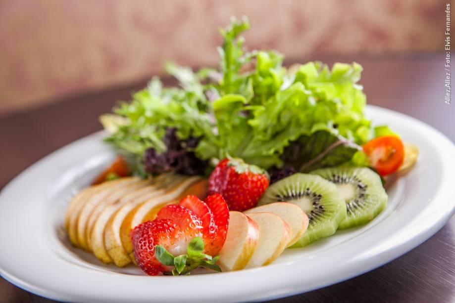 """<strong><a href=""""http://viajeaqui.abril.com.br/estabelecimentos/br-sp-sao-paulo-restaurante-allez-allez"""" rel=""""Allez, Allez!"""" target=""""_blank"""">Allez, Allez!</a></strong>            A salada tropical com frutas é uma das opções de entrada para o almoço no restaurante"""