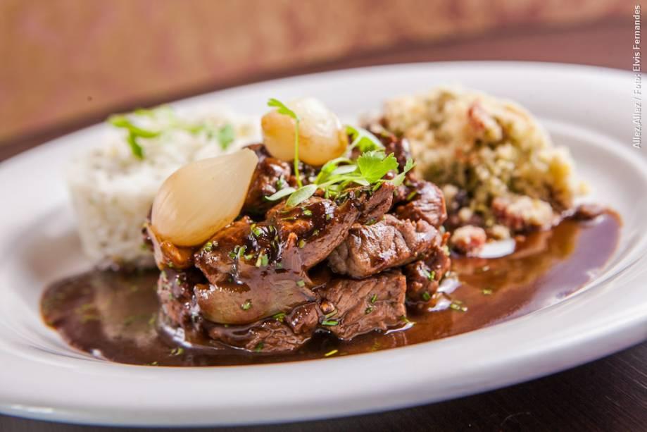 """<strong><a href=""""http://viajeaqui.abril.com.br/estabelecimentos/br-sp-sao-paulo-restaurante-allez-allez"""" rel=""""Allez, Allez!"""" target=""""_blank"""">Allez, Allez!</a></strong>            Um picadinho à bordelaise é um dos pratos principais do cardápio de almoço"""