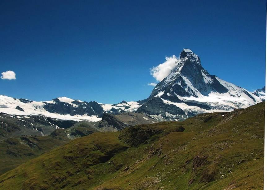 """<strong>Matterhorn, <a href=""""http://viajeaqui.abril.com.br/paises/suica"""" rel=""""Suíça"""" target=""""_blank"""">Suíça</a></strong>Você já viu essa bela silhueta nas embalagens do chocolate Toblerone... O Matterhorn (Monte Cervino, em italiano) não é a mais alta das montanhas alpinas (posição ocupada pelo Mont Blanc), mas sem dúvidas é a mais bela. A cidade de <a href=""""http://viajeaqui.abril.com.br/cidades/suica-zermatt"""" rel=""""Zermatt"""" target=""""_blank""""><strong>Zermatt </strong></a>é perfeita para explorar seus arredores"""