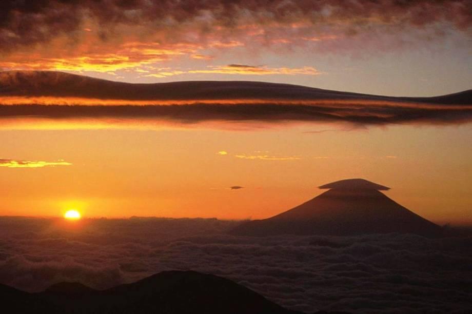 """Com 3776 metros de altitude, o monte Fuji é a montanha mais alta do <a href=""""http://viajeaqui.abril.com.br/paises/japao"""" rel=""""Japão"""" target=""""_blank"""">Japão</a>. Suas formas simétricas inspiraram poetas e artistas como Hokusai e Hiroshige e acabaram parando até no logo da marca de surfwear Quiksilver"""