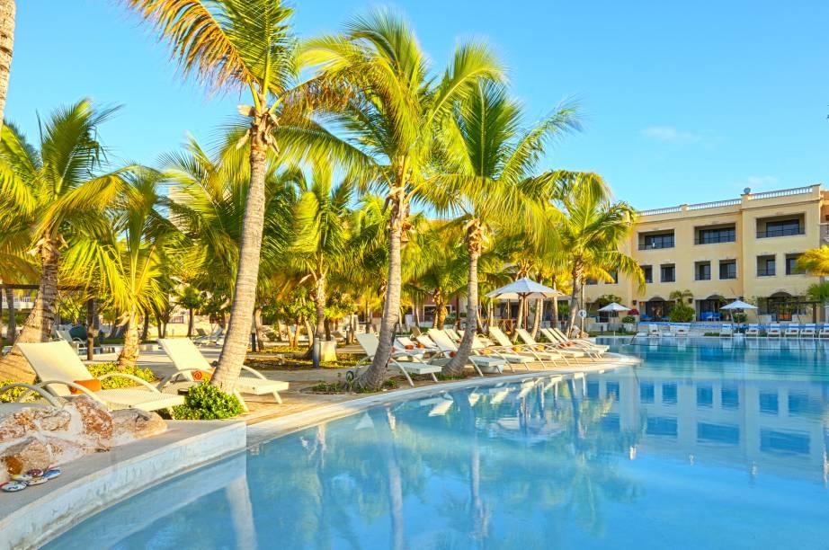 """<strong><a href=""""http://www.alsolluxuryvillage.com"""" rel=""""Alsol Luxury Village"""" target=""""_blank"""">Alsol Luxury Village</a> – <a href=""""http://viajeaqui.abril.com.br/paises/republica-dominicana"""" rel=""""República Dominicana"""" target=""""_blank"""">República Dominicana</a></strong>A praia particular deste resort pode ser pequena, mas se você quiser explorar mais possibilidades do belo litoral de Punta Cana, shuttles grátis levam e trazem hóspedes rapidamente até a famosa praia Juanillo. Alsol tem monitores treinados e atividades programadas para manter as crianças ocupadas e aproveitando as férias. Para os adultos, um spa completo e centro fitness estão inclusos na diária. Outras atividades previstas no pacote são pesca, experimentação de vinhos e aulas de culinária local e de espanhol"""