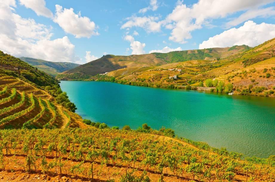 """<strong>Região Vinícola do <a href=""""http://viajeaqui.abril.com.br/cidades/portugal-douro-e-trasosmontes"""" rel=""""Alto Douro"""" target=""""_blank"""">Alto Douro</a> </strong>                                    As encostas do rio mais famoso de Portugal são cobertas por vinhedos. As aldeias pequeninas não intimidam o tamanho das vinícolas nem os seus mais de dois mil anos de história. O ilustríssimo vinho do Porto é filho da região do Alto douro"""