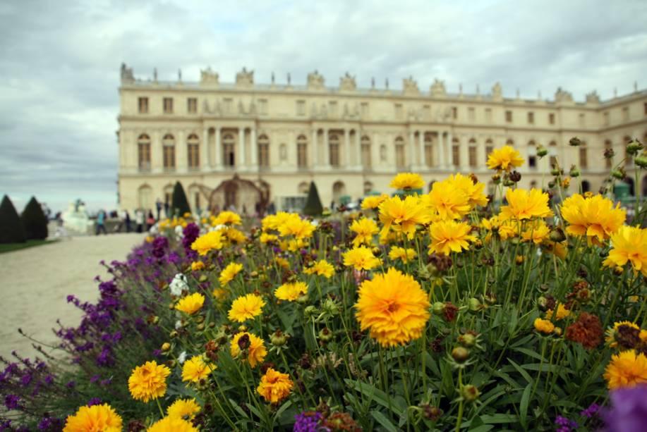 """As flores do <a href=""""http://viajeaqui.abril.com.br/estabelecimentos/franca-arredores-de-paris-atracao-versailles-palacio-de-versalhes"""" rel=""""Palácio de Versalhes"""" target=""""_self"""">Palácio de Versalhes</a>, nos <a href=""""http://viajeaqui.abril.com.br/cidades/franca-arredores-de-paris"""" rel=""""arredores de Paris"""" target=""""_self"""">arredores de Paris</a>, <a href=""""http://viajeaqui.abril.com.br/paises/franca"""" rel=""""França"""" target=""""_self"""">França</a>"""