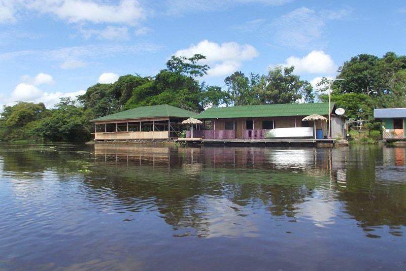 """<strong><a href=""""http://www.amazonarowanalodge.com/"""" target=""""_blank"""" rel=""""noopener"""">Amazon Arowana Lodge</a></strong> Especializado em turismo ecológico e em pesca esportiva no Amazonas, localiza-se no rio Mamori, a 70km de Manaus. A viagem até lá começa no Encontro das Águas, depois há um trecho de carro e finalmente o barco até o hotel. Arowana Lodge tem 4 suítes flutuantes com vista para o rio e outras suítes em terra firme com varanda. Além dos passeios tradicionais pela floresta, os pacotes de pesca esportiva de 7 e 5 noites de estadia oferecem 6 e 4 dias (respectivamente) inteiramente dedicados à pesca, com guia experiente e licenciado. A grande expectativa é pescar tucunarés (é obrigatório soltar todos os peixes capturados). <a href=""""http://www.booking.com/hotel/br/amazon-ecotourism.pt-br.html?aid=332455&label=viagemabril-hoteisdeselvabrasil"""" target=""""_blank"""" rel=""""noopener""""><em>Faça a sua reserva neste hotel através do Booking.com</em></a>"""