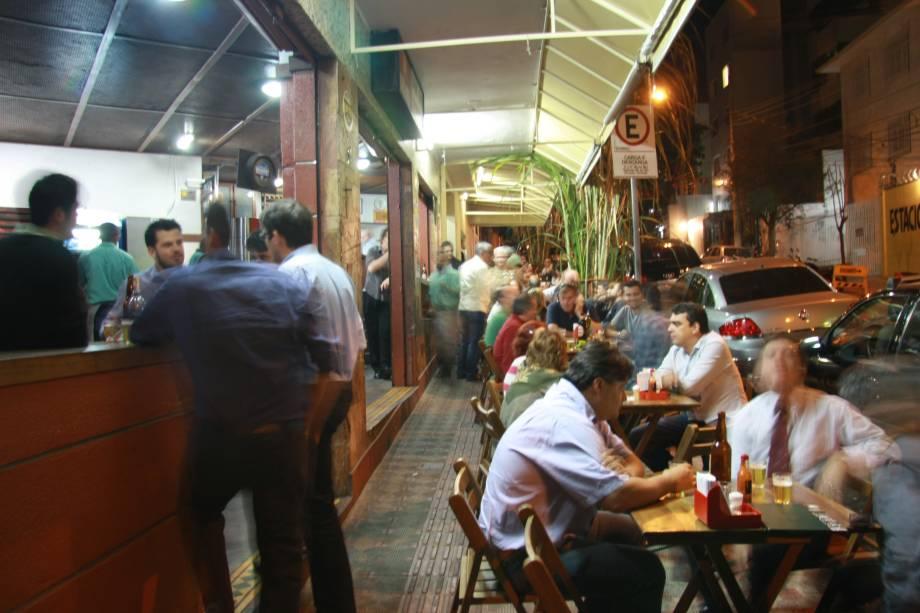 """<a href=""""http://viajeaqui.abril.com.br/estabelecimentos/br-mg-belo-horizonte-restaurante-bar-do-antonio"""" rel=""""Bar do Antônio Pé de Cana """" target=""""_blank""""><strong>Bar do Antônio Pé de Cana </strong></a>Fundado em1964, o bar tem um pé de cana-de-açúcar de estimação no canteiro bem na frente do estabelecimento. Ele foi plantado ali de madrugada por alguns clientes fiéis no lugar onde sempre se jogava um pouquinho de cachaça """"pro santo"""" e, é claro, foi adotado pelos donos, os irmãos Túlio, Roberto e Marcio Bomtempo. A cerveja está sempre gelada e a carta de tira-gostos é farta, com destaque para a carnoba (porção de filé em cubos com molho de taioba e batata empanada com queijo e bacon), costelinha embriagada (assada com cachaça e rapadura) e chips de jiló.<strong>Endereço:</strong> Rua Flórida, 15, Sion. Abre de segunda a sábado de 11h à 1 da manhã e domingo de 11h às 19h"""