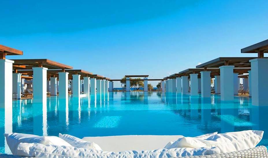 """Quem nunca sonhou em viajar para os cenários paradisíacos da Grécia? Em Creta, o Amirandes destaca-se com suas instalações extremamente luxuosas e confortáveis. A piscina é linda e extensa <em><a href=""""http://www.booking.com/hotel/gr/amirandes.pt-br.html?aid=332455&label=viagemabril-as-piscinas-mais-incriveis-do-mundo"""" target=""""_blank"""">Veja os preços do Amirandes Resort no Booking.com</a></em>"""