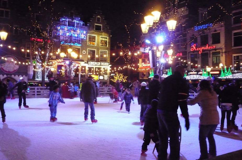 Outro lugar que se transforma em pista de gelo no inverno é a praça Leidseplein, um dos pontos da cidade que concentram cinemas, baladas, teatros e um cassino