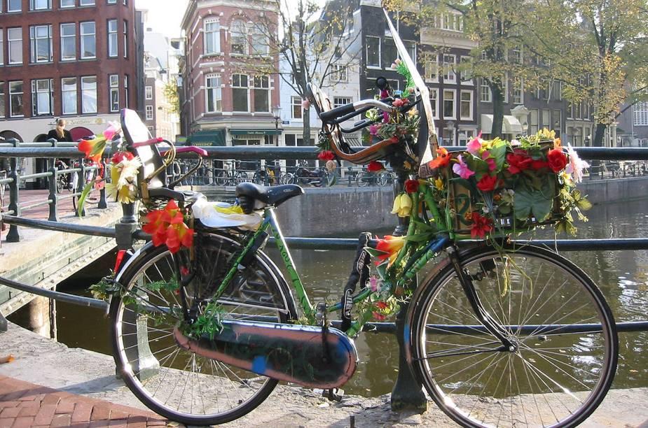 "Bicicleta florida em <a href=""http://viajeaqui.abril.com.br/cidades/holanda-amsterda/"" rel=""Amsterdã"" target=""_blank"">Amsterdã</a>, Holanda"