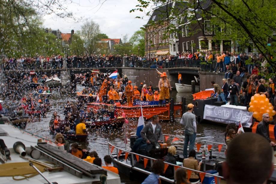 Por 32 anos, de 1948 a 1980, os holandeses comemoraram o aniversário de sua rainha, a popular Juliana, como seu dia nacional. O 30 de abril era motivo para todo tipo de festa e comemorações, com bebedeiras homéricas nos canais de Amsterdã e o povo todo vestido de laranja. Quando ela renunciou à coroa, cedendo-a a sua filha Beatrix, esta manteve a antiga data, apesar de ter nascido em 31 de janeiro.Ainda hoje a data é marcada por divertidas manifestações populares, muita festa e cerveja, com várias aparições relâmpago de membros da família real