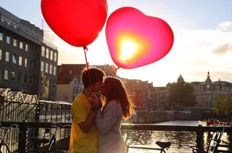 Casal em cena romântica à beira do Amstel, em Amsterdã