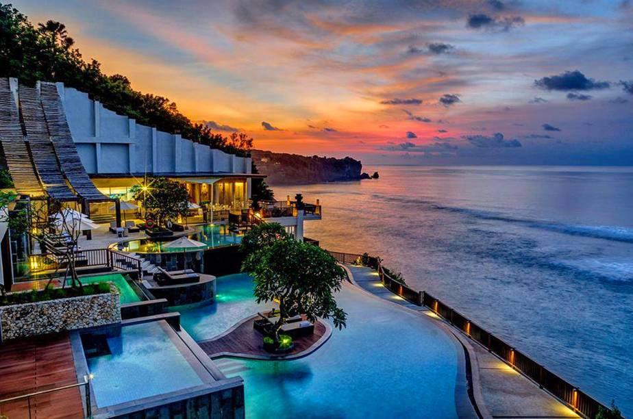 """A localização privilegiada da piscina, que oferece uma visão indescritível do mar azul de Bali, é um dos grandes destaques do resort. Cravado em um penhasco, o hotel tem suítes duplex e atendimento impecável <em><a href=""""http://www.booking.com/hotel/id/anantara-bali-uluwatu-resort.pt-br.html?aid=332455&label=viagemabril-as-piscinas-mais-incriveis-do-mundo"""" target=""""_blank"""">Veja os preços do Alantara Resort no Booking.com</a></em>"""