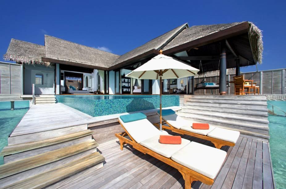 O resort possui bangalôs sobre as águas cristalinas das Maldivas com deques para banho de sol, um restaurante todo de vidro que fica embaixo d'água e até um spa que faz uso de óleos indígenas locais como principal chamariz para tratamentos.
