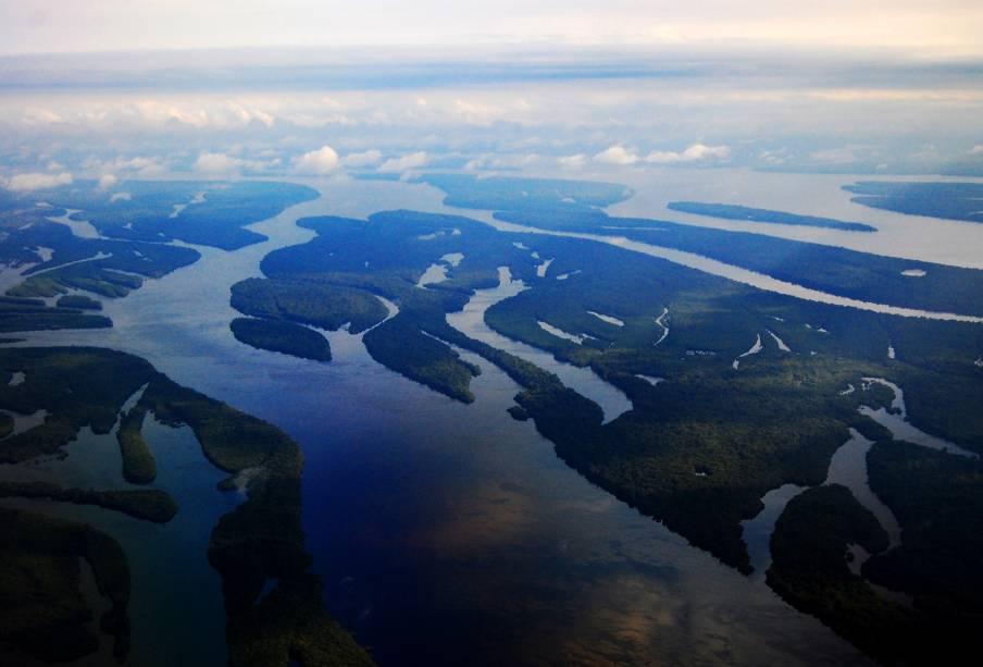 <strong>3. Complexo de áreas protegidas da Amazônia Central</strong>Patrimônio Natural desde 2000, a região central da Floresta Amazônica tem a maior área de proteção de todo o território, totalizando mais de seis milhões de hectares, e é uma das mais ricas do planeta em biodiversidade. Por aqui, encontram-se espécies de animais ameaçados de extinção, como o pirarucu, o peixe-boi amazônico, o jacaré-açu e botos. Na sua lista de riquezas naturais, encontram-se os igapós, os lagos e os canais