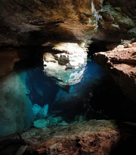 """<strong>8. Poço Azul (Andaraí)</strong> Flutuar no poço cristalino que brota da caverna é uma experiência deliciosa, melhor ainda entre fevereiro e outubro, das 13h30 às 14h30, quando raios de sol a deixam a água com tonalidades azuis e revelam formações rochosas debaixo dágua.<em><a href=""""https://www.booking.com/searchresults.pt-br.html?aid=332455&lang=pt-br&sid=eedbe6de09e709d664615ac6f1b39a5d&sb=1&src=searchresults&src_elem=sb&error_url=https%3A%2F%2Fwww.booking.com%2Fsearchresults.pt-br.html%3Faid%3D332455%3Bsid%3Deedbe6de09e709d664615ac6f1b39a5d%3Bclass_interval%3D1%3Bdest_id%3D-646477%3Bdest_type%3Dcity%3Bdtdisc%3D0%3Bfrom_sf%3D1%3Bgroup_adults%3D2%3Bgroup_children%3D0%3Binac%3D0%3Bindex_postcard%3D0%3Blabel_click%3Dundef%3Bno_rooms%3D1%3Boffset%3D0%3Bpostcard%3D0%3Braw_dest_type%3Dcity%3Broom1%3DA%252CA%3Bsb_price_type%3Dtotal%3Bsearch_selected%3D1%3Bsrc%3Dindex%3Bsrc_elem%3Dsb%3Bss%3DIgatu%252C%2520%25E2%2580%258BBahia%252C%2520%25E2%2580%258BBrasil%3Bss_all%3D0%3Bss_raw%3DIgatu%3Bssb%3Dempty%3Bsshis%3D0%26%3B&ss=Andara%C3%AD%2C+%E2%80%8BBahia%2C+%E2%80%8BBrasil&ssne=Igatu&ssne_untouched=Igatu&city=-646477&checkin_monthday=&checkin_month=&checkin_year=&checkout_monthday=&checkout_month=&checkout_year=&no_rooms=1&group_adults=2&group_children=0&highlighted_hotels=&from_sf=1&ss_raw=Andara%C3%AD&ac_position=0&ac_langcode=xb&dest_id=-624793&dest_type=city&search_pageview_id=55d5905870440753&search_selected=true&search_pageview_id=55d5905870440753&ac_suggestion_list_length=5&ac_suggestion_theme_list_length=0"""" target=""""_blank"""" rel=""""noopener"""">Busque hospedagens em Andaraí</a></em>"""