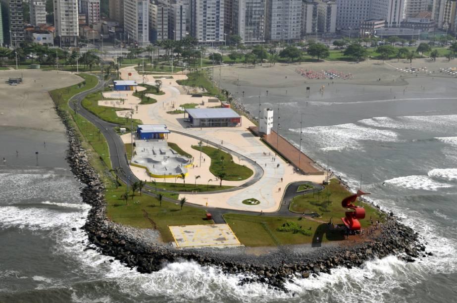 O Parque do Emissário, em Santos, fica sobre a plataforma do emissário submarino e conta com playgroun, o Museu do Surfe, uma pista de skate e uma arquibancada para curtir a paisagem de Santos