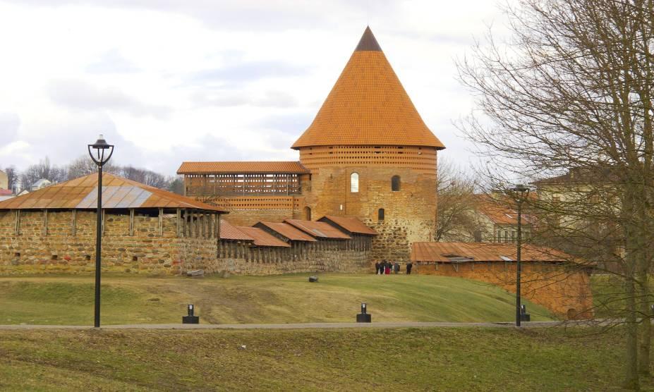 """Fechando o trio dos países bálticos, a Lituânia concentra uma quantidade significativa de florestas e lagos. Apesar disso, suas construções estão no topo das atrações que mais cativam os viajantes. Vale visitar a cidade medieval de Kaunas, que abriga o primeiro castelo construído no país – e que serviu como rota de fuga na época das Cruzadas.<a href=""""http://www.booking.com/city/lt/kaunas.pt-br.html?sid=efe6c9de408bb8d78e20e017e616e9f8;dcid=4?aid=332455&label=viagemabril-lesteeuropeu"""" target=""""_blank"""">Veja hotéis em Kaunas no Booking.com</a>"""