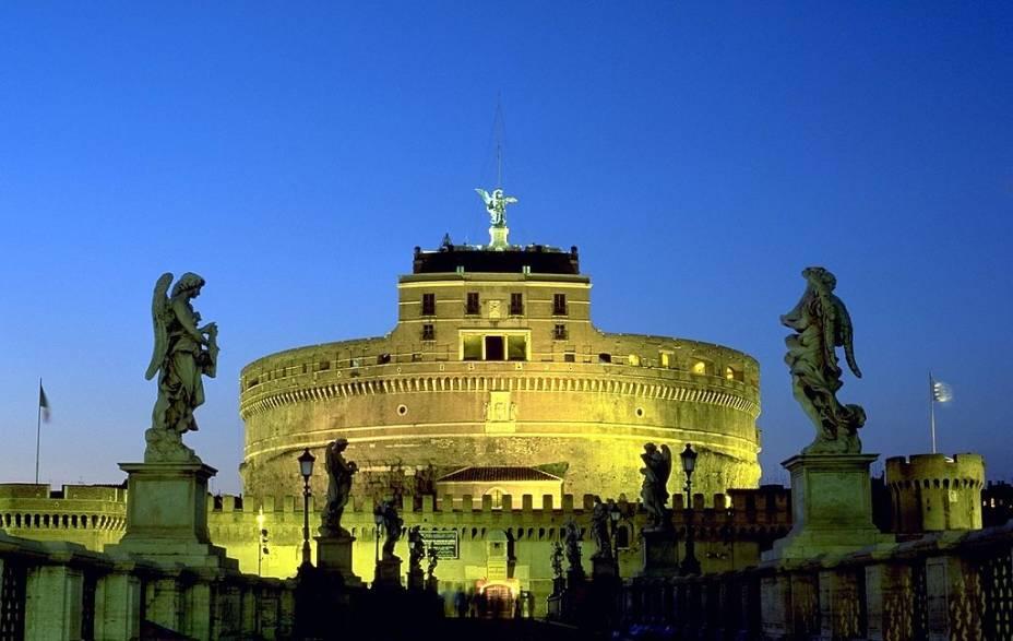 """O antigo mausoléu de Adriano hoje é o Castel SantAngelo, uma fortaleza papal transformada em museu, em <a href=""""http://viajeaqui.abril.com.br/cidades/italia-roma"""" rel=""""Roma"""">Roma</a>"""
