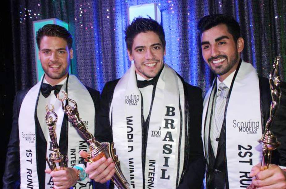 Andrio Frazon entre o Mister Espanha e o Mister Venezuela