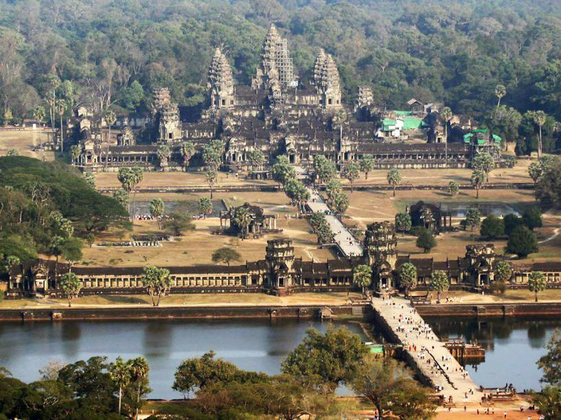 <strong>1. Angkor Wat</strong>Com 1,62 km², este templo foi construído primeiramente como templo hindu em homenagem a Vishnu pelo rei Suryavarman II, mas foi transformado em budista quando a cidade passou a ser governada pelo rei Jayavarman VII.Angkor Wat é o templo mais próximo da bilheteria e geralmente o primeiro a ser visitado – o nascer do sol no local é muito concorrido e vale a pena!